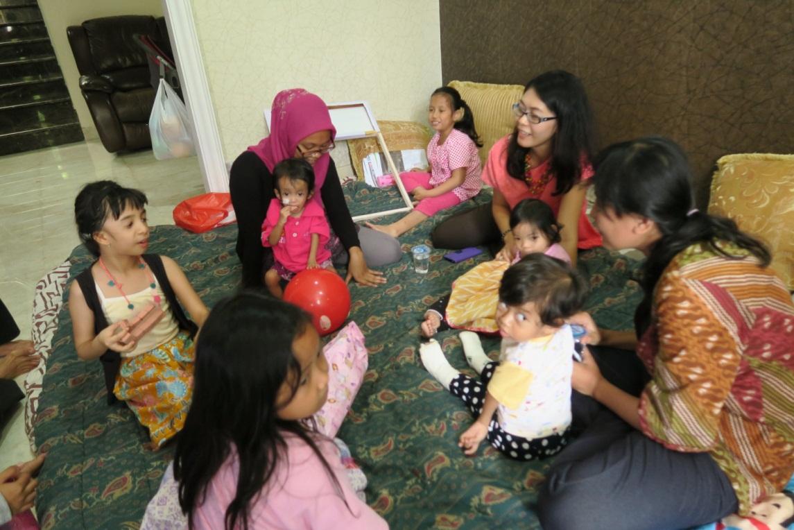Anggota IRD sedang berkumpul bersama dengan anak-anak mereka yang menyandang kelainan genetika
