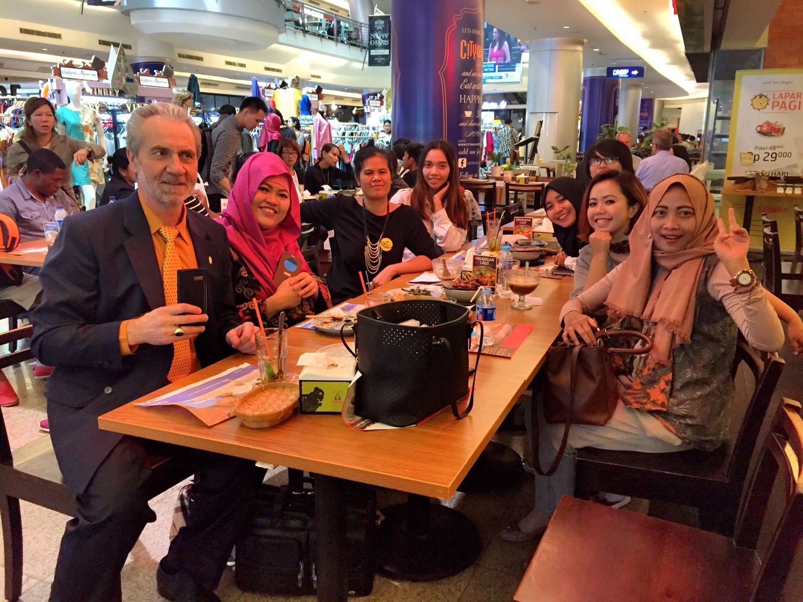 Setelah rapat, kami makan siang di City Walk bersama NESU