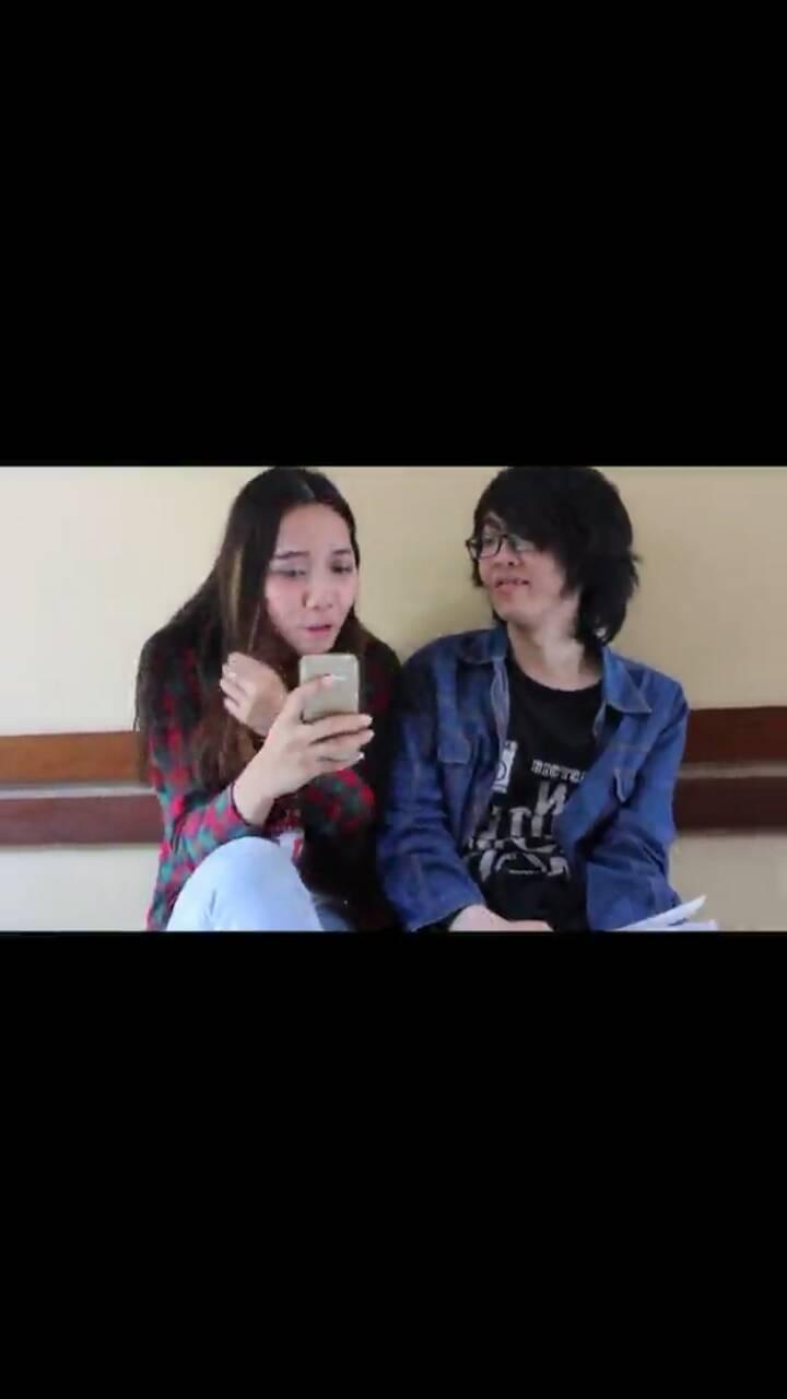 """Gambar di atas merupakan hasil screenshot yang diambil dari video """"Senyum"""": Gambar Kindi dan Anthony yang sedang berbincang-bincang"""