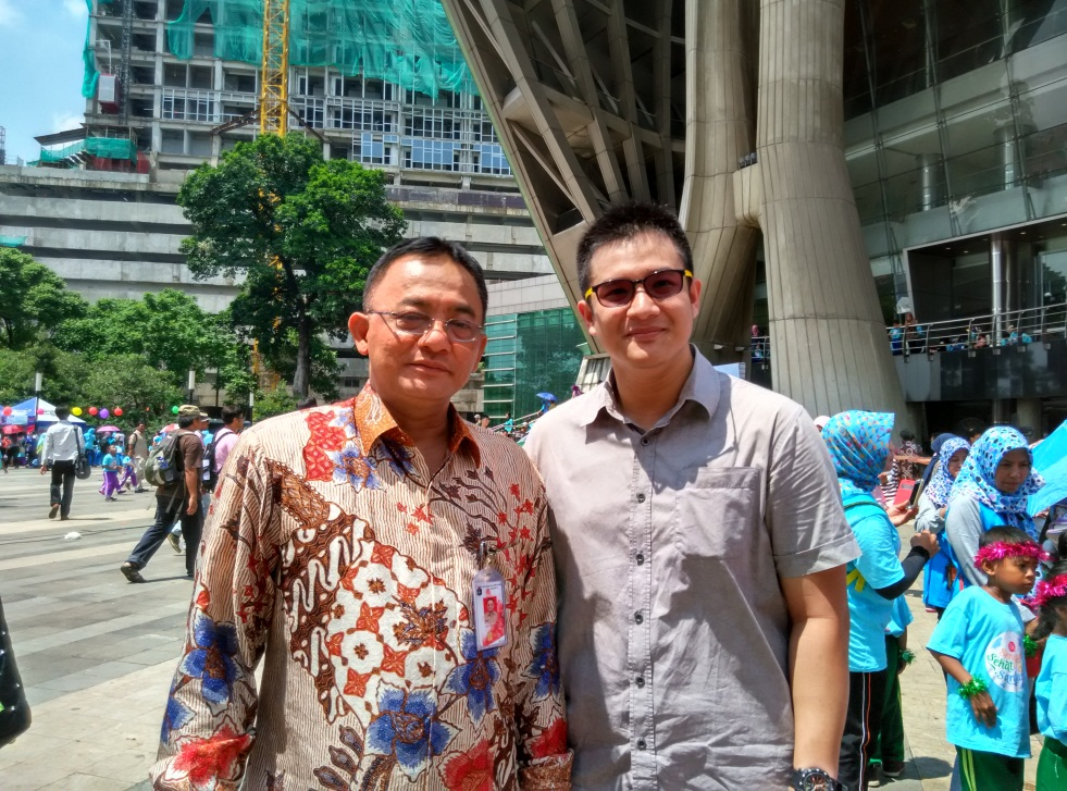 Salah satu dari perwakilan kami, Nicco, melakukan foto bersama Kepala Dinas Sosial DKI Jakarta, Bapak Masrukhan