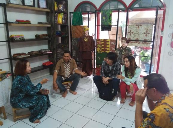 Pak Iwan sedang bercerita mulai dari sejarah batik dari Jawa, jenis-jenis batik, sampai alas an beliau membuka Rumah Batik di Palbatu